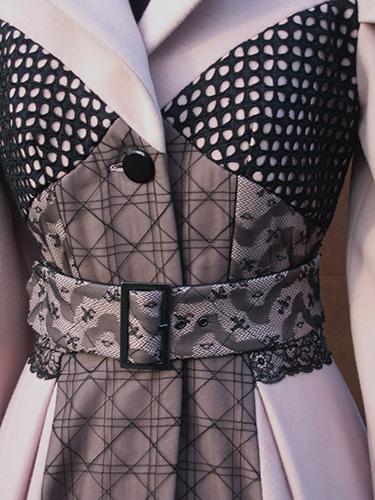 Manteau en laine et cachemire avec applications de dentelle (détail)