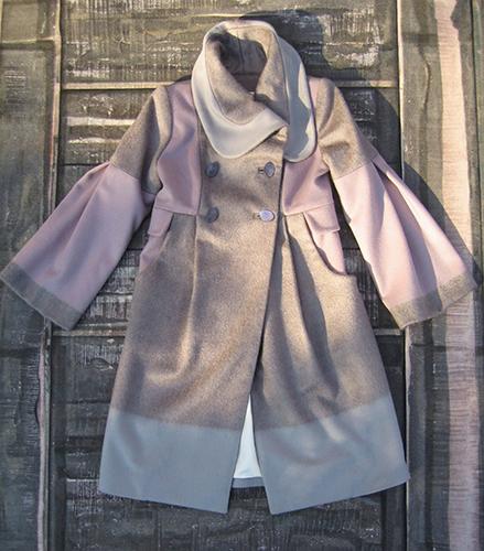 Manteau en laine à découpes de tissus contrastants