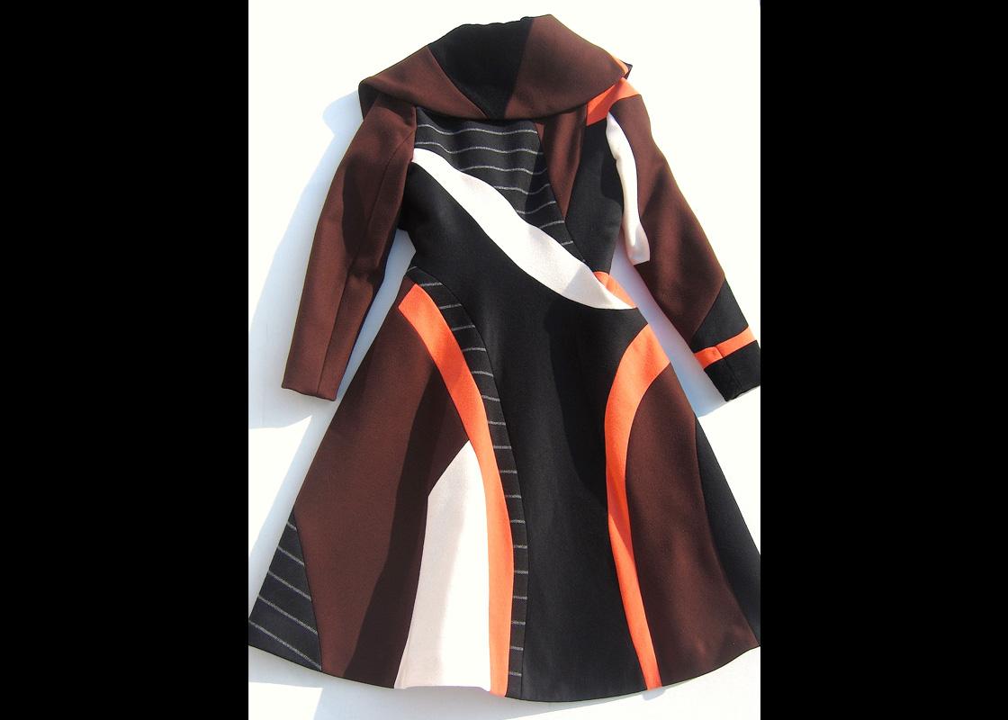 Manteau en laine à découpes et incrustations (dos)