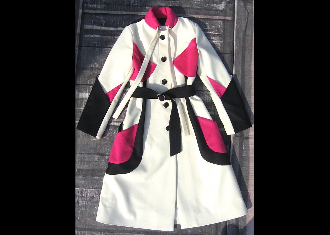 Manteau en laine à découpes contrastées