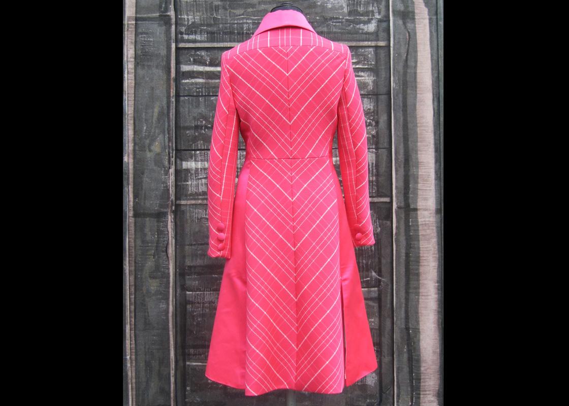 Manteau en laine et satin de cuir de soie (dos)