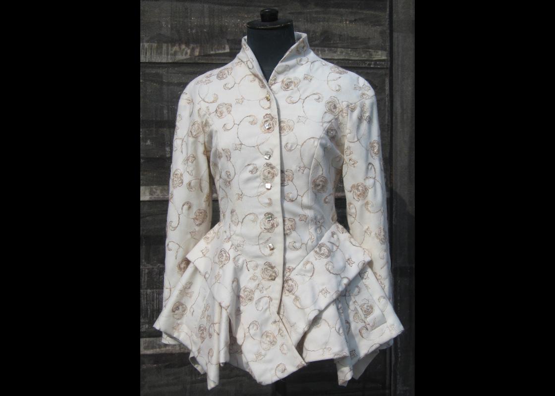 Redingote en laine brodée avec plis dans la basque