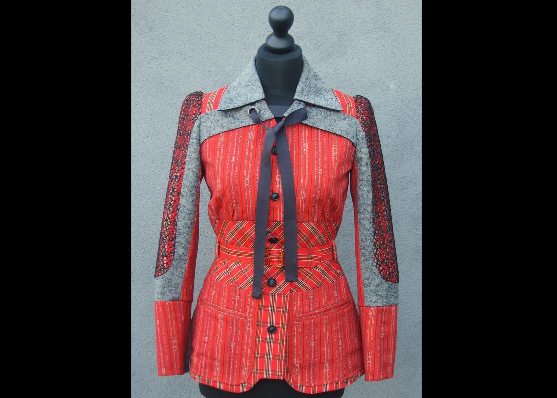 Veste en laine à découpes multiples